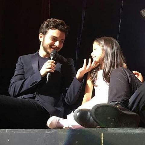GG singing to little girl