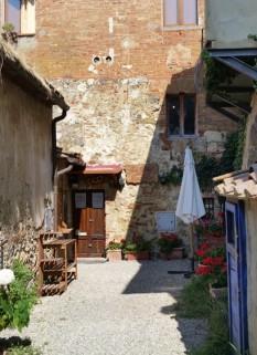 MonteRiggioni - Courtyard Jana/Lorna Italian trip 7/2/16